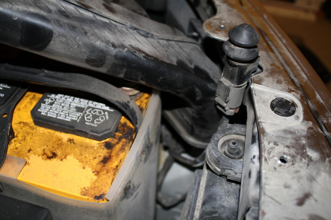 How to get to the headlight housing to replace bulbs-img_3785.jpg
